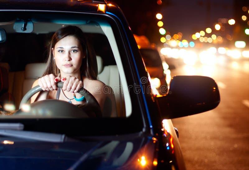 Junge Frau, die Auto antreibt lizenzfreie stockfotos