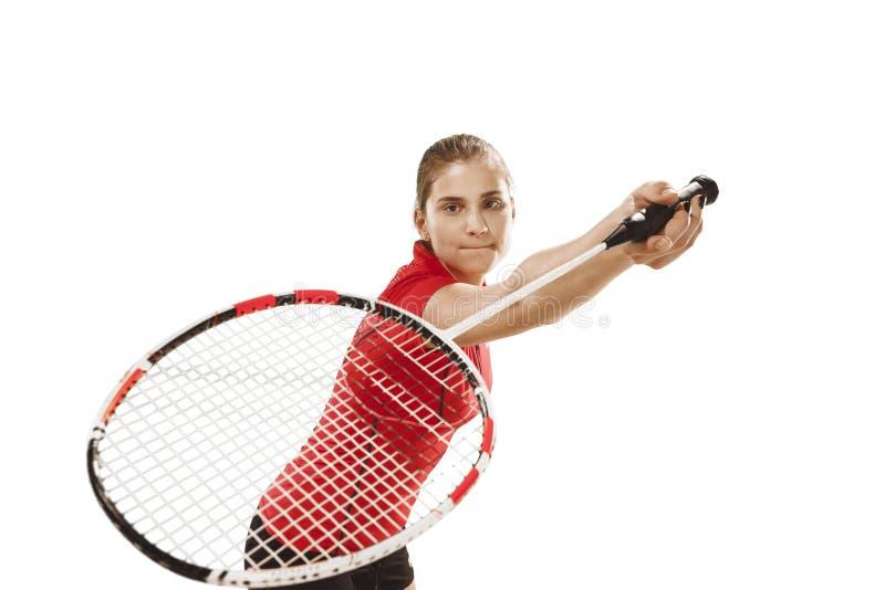 Junge Frau, die Badminton über weißem Hintergrund spielt stockbild