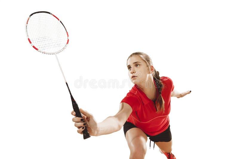 Junge Frau, die Badminton über weißem Hintergrund spielt stockfotos