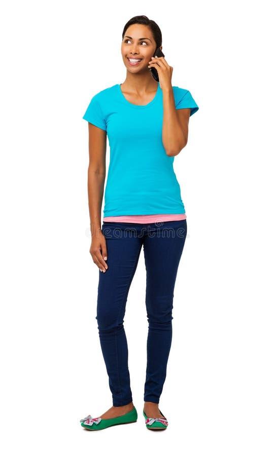 Junge Frau, die beim Beantworten des intelligenten Telefons weg schaut lizenzfreies stockbild