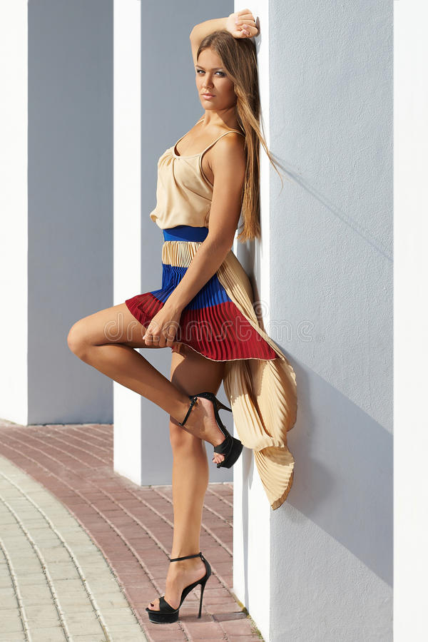Junge Frau, die bezaubernd aufwirft; Mode-Modell stockfotografie