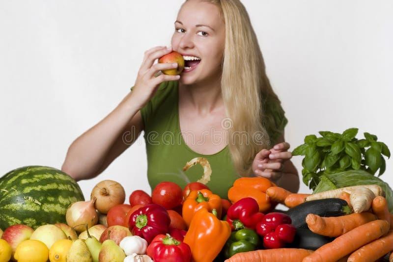 Junge Frau, die Birne isst lizenzfreie stockfotos