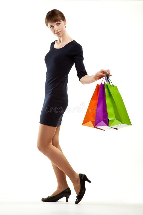 Junge Frau, die das Einkaufen tut lizenzfreie stockbilder