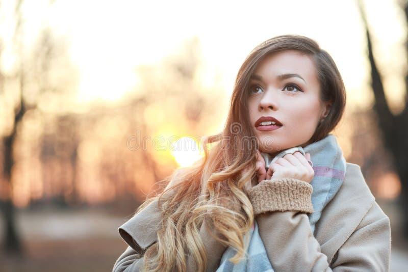 Junge Frau, die den Abstand untersucht stockfoto