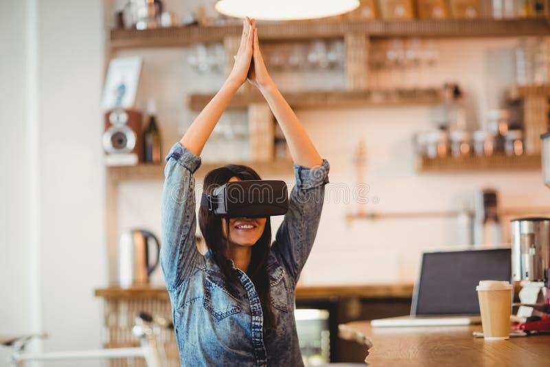 Junge Frau, die den Kopfhörer der virtuellen Realität verwendet lizenzfreie stockbilder