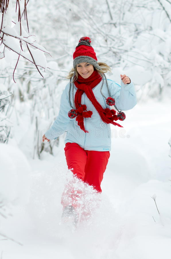 Junge Frau, die den Schnee genießt stockfoto