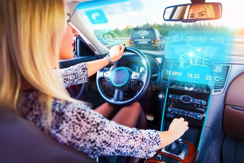 Junge Frau, die in den Selbst fährt Auto reist lizenzfreie stockfotografie