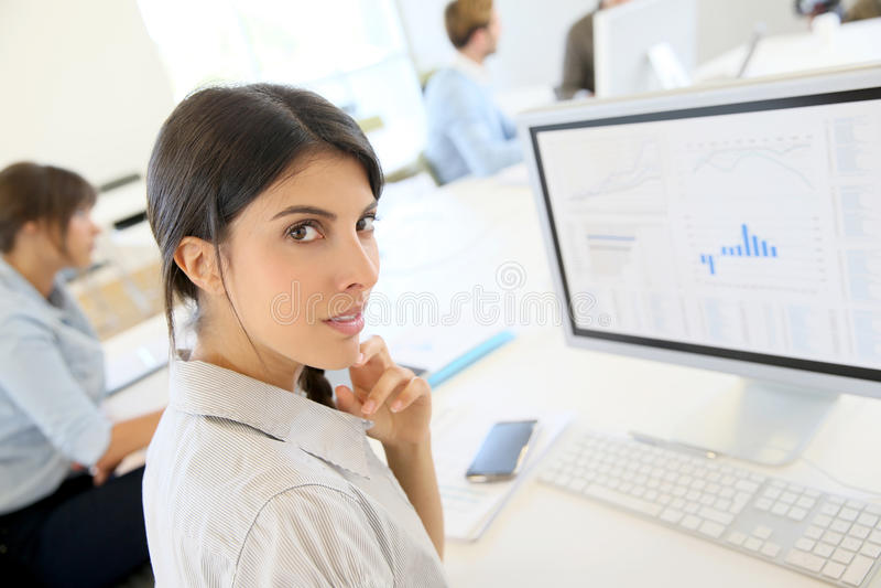 Junge Frau, die an der Marketing-Statistik arbeitet lizenzfreies stockbild