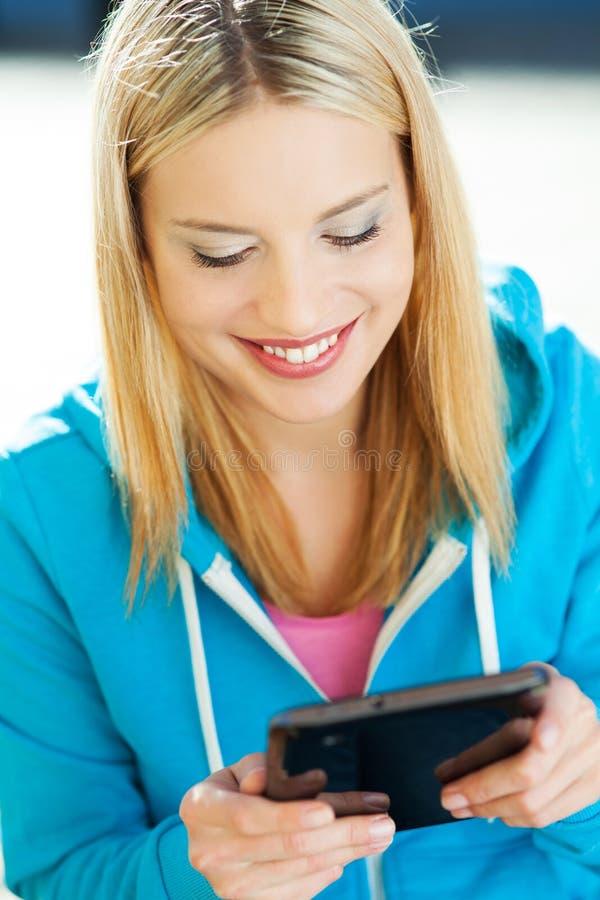 Download Junge Frau, Die Digitale Tablette Verwendet Stockfoto - Bild von verwenden, toothy: 27729096