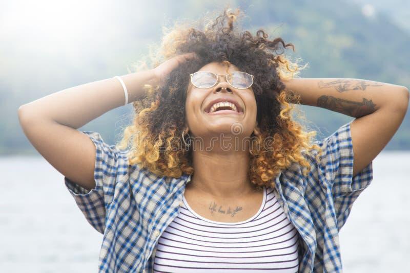 Junge Frau, die draußen Spaß, Reise und Natur genießt und hat stockfotografie