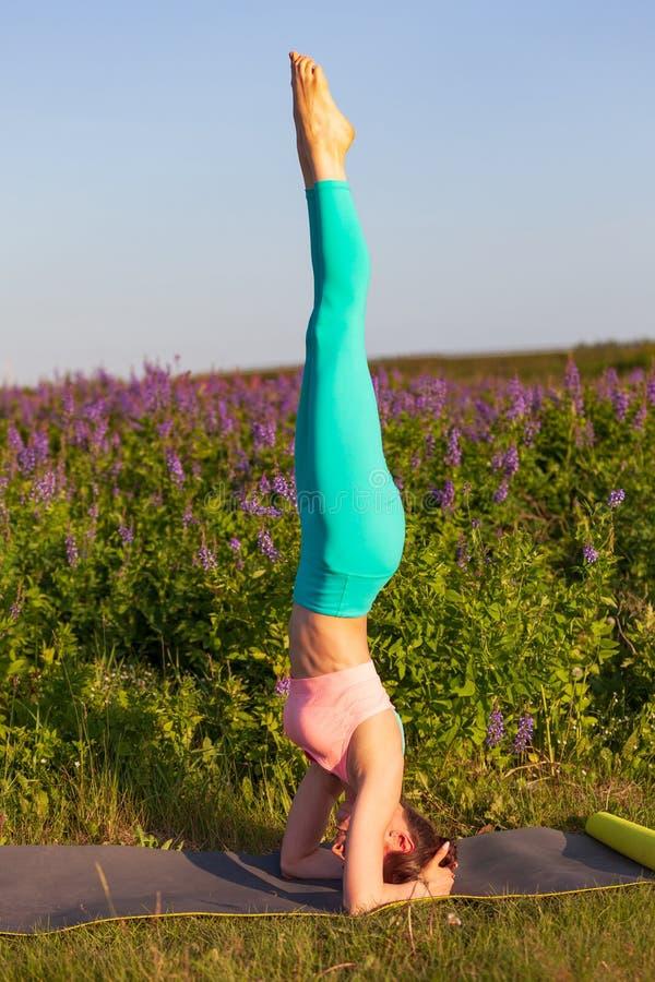 Junge Frau, die drau?en Yoga?bung tut lizenzfreie stockfotografie
