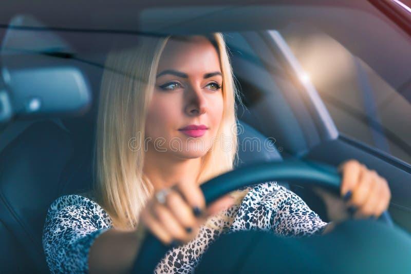 Junge Frau, die ein Auto antreibt lizenzfreies stockfoto