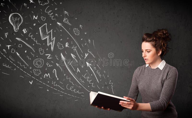 Junge Frau, die ein Buch liest lizenzfreie stockfotos