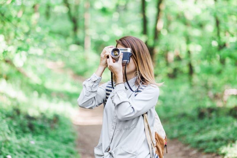 Junge Frau, die ein Foto macht stockfoto