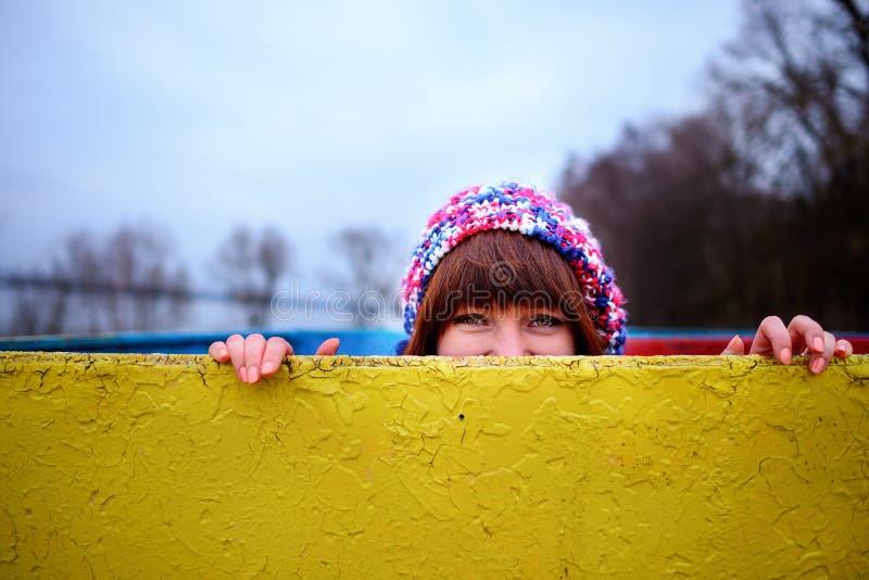 Junge Frau, die ein gelbes Brett hält stockfotos