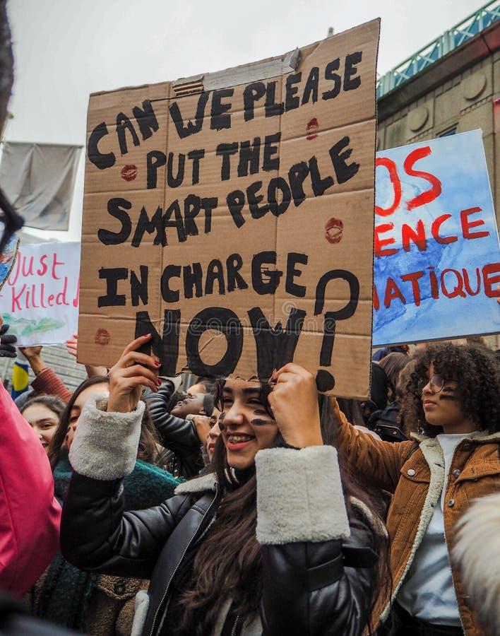 Junge Frau, die ein handgemachtes Plakat mit Slogan während einer Protestsammlung organisiert durch die Jugend-FO-Klimabewegung h lizenzfreies stockfoto