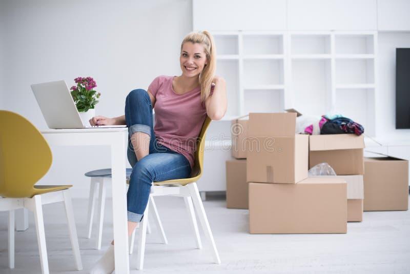 Junge Frau, die in ein neues Haus umzieht lizenzfreies stockfoto