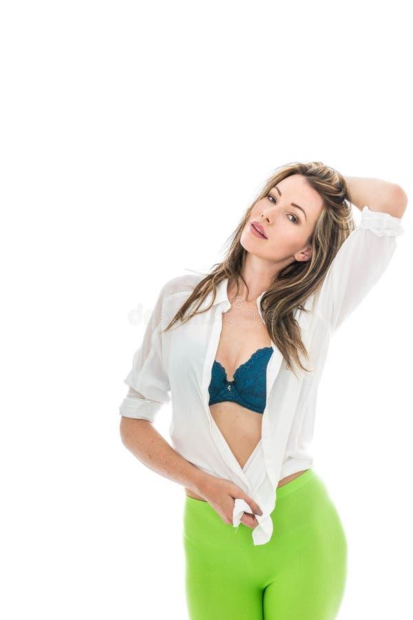 Junge Frau, die ein offenes weißes Hemd und grünen Strumpfhosen trägt lizenzfreie stockbilder