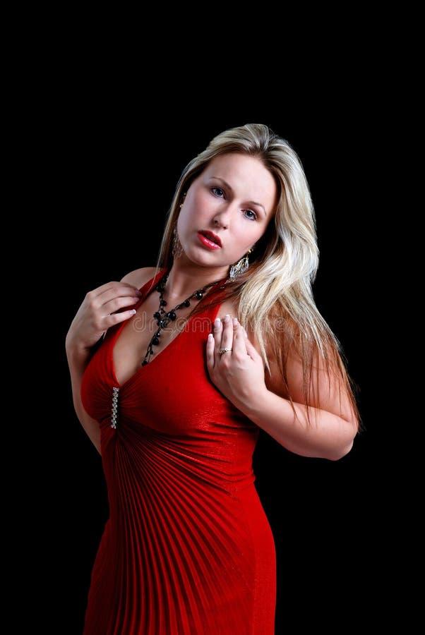 Junge Frau, die ein rotes Kleid trägt lizenzfreie stockfotos