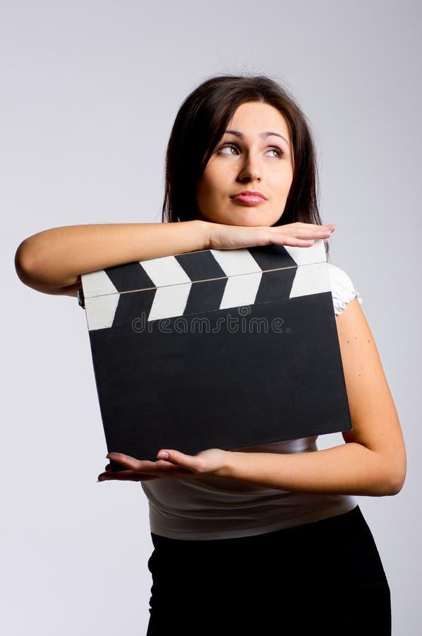 Junge Frau, die ein Scharnierventil anhält lizenzfreie stockfotografie