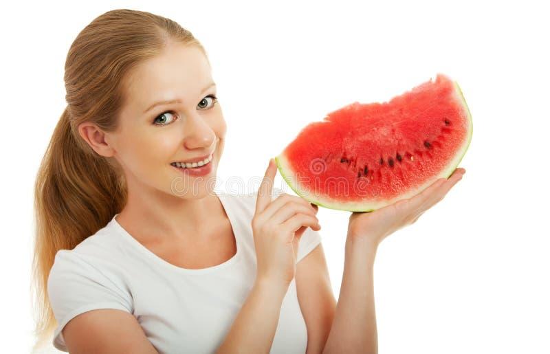 Junge Frau, die ein Stück der Wassermelone anhält stockfotografie