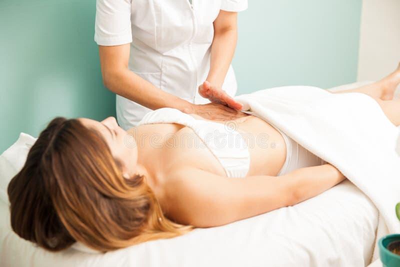 Junge Frau, die eine Lymphmassage erhält lizenzfreies stockbild