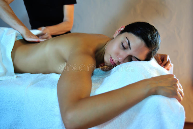 Junge Frau, die eine Massage empfängt stockbild
