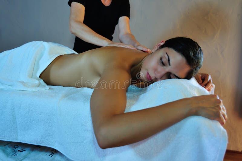 Junge Frau, die eine Massage empfängt lizenzfreies stockfoto