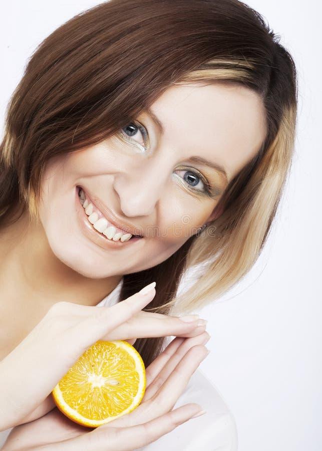 Junge Frau, die eine Zitrone anhält lizenzfreies stockbild
