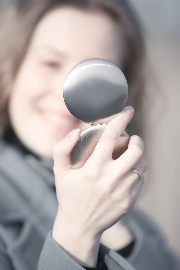 Download Junge Frau, Die In Einem Spiegel Schaut Stockbild - Bild von mädchen, blick: 9087693