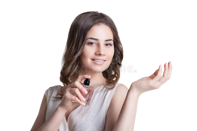 Junge Frau, die einen Geruch des Parfüms genießt lizenzfreie stockfotografie