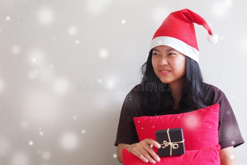 Junge Frau, die einen Sankt-Hut und -c$sitzen trägt lizenzfreies stockbild