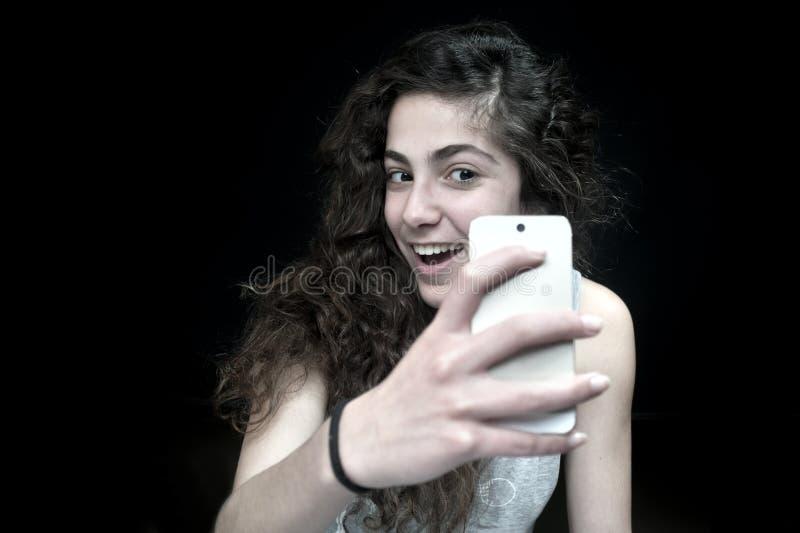 Junge Frau, die einen Smartphone hält lizenzfreies stockbild