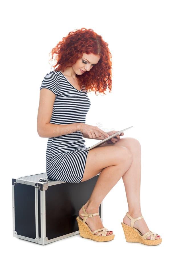 Junge Frau, die einen Tablette PC verwendet lizenzfreie stockfotografie
