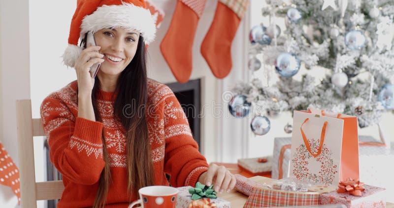 Junge Frau, die einen Weihnachtsgrußanruf macht stockbilder