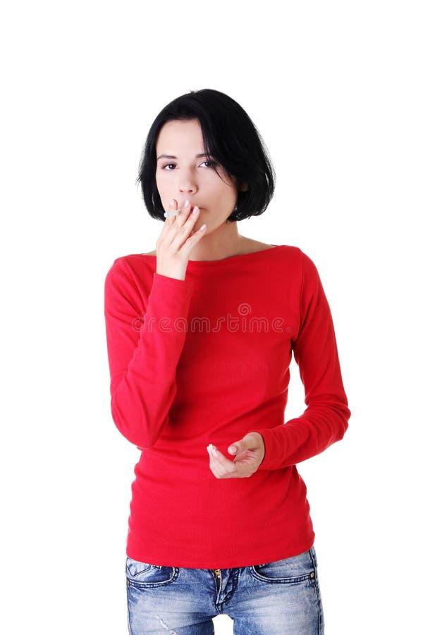 Download Junge Frau, Die Elektronische Zigarette Raucht Stockfoto - Bild von lippen, gewohnheit: 27729288