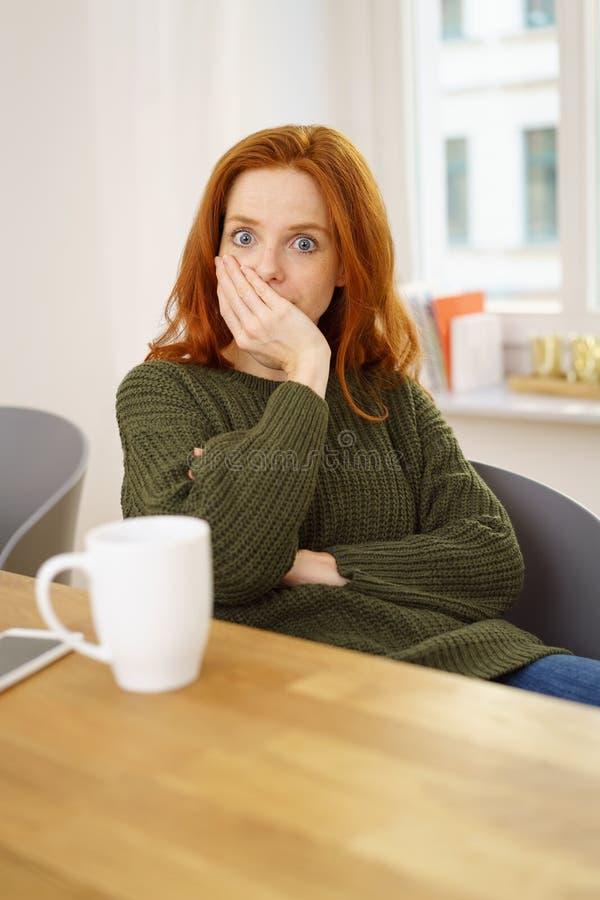 Junge Frau, die in entsetzter Verwunderung anstarrt stockbilder