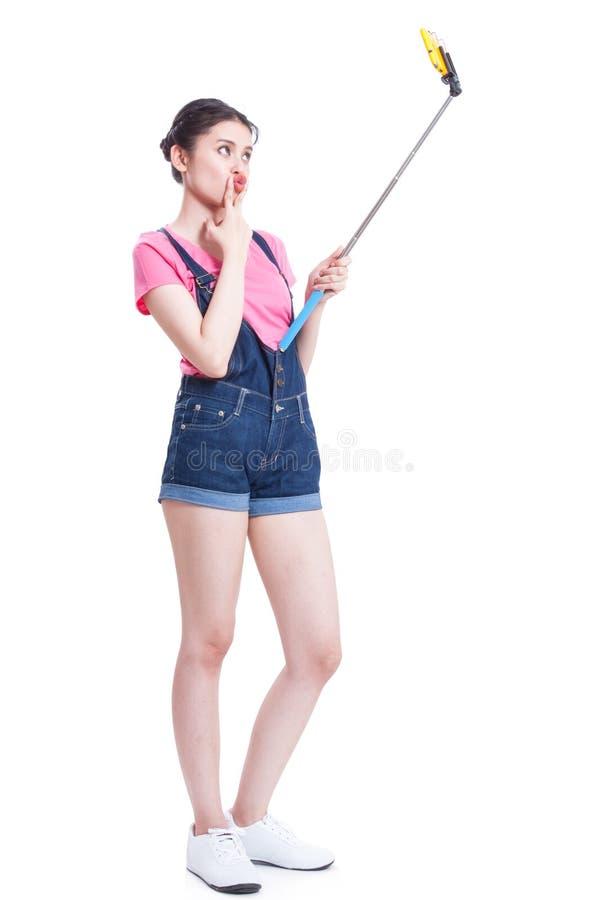 Junge Frau, die für selfie aufwirft lizenzfreies stockbild