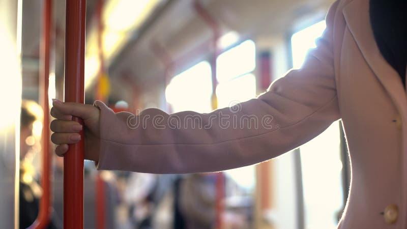 Junge Frau, die Fahrt im U-Bahnwagen, tägliches austauschendes Programm, Eisenbahn hat stockfotos