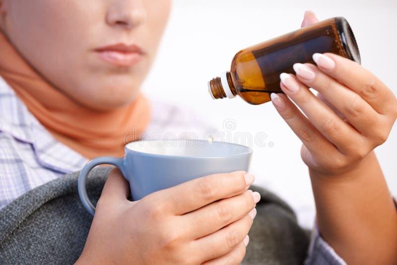 Junge Frau, die falsch sich fühlt, Vitamin nehmend lizenzfreie stockbilder