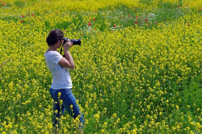 Junge Frau, die Foto macht lizenzfreie stockbilder