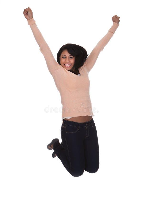 Junge Frau, die in Freude springt lizenzfreie stockfotos