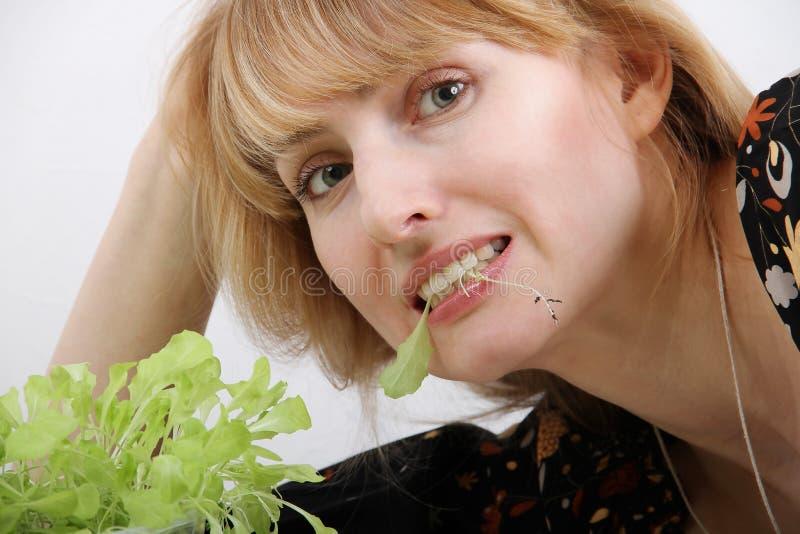Junge Frau, die frischen Salat isst Gesundes Lebensstilkonzept stockfoto