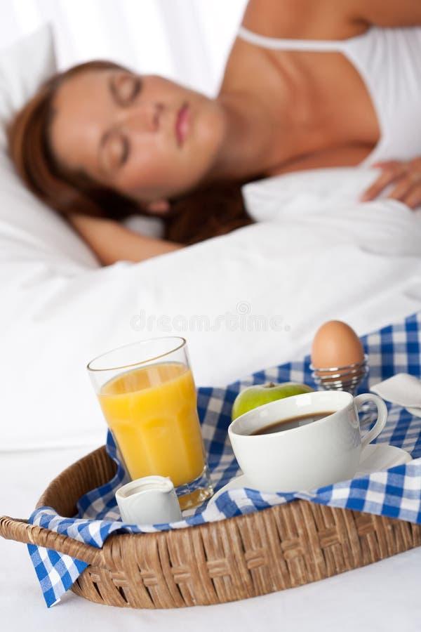 Junge Frau, die gebildetes Haupt frühstückt lizenzfreie stockbilder