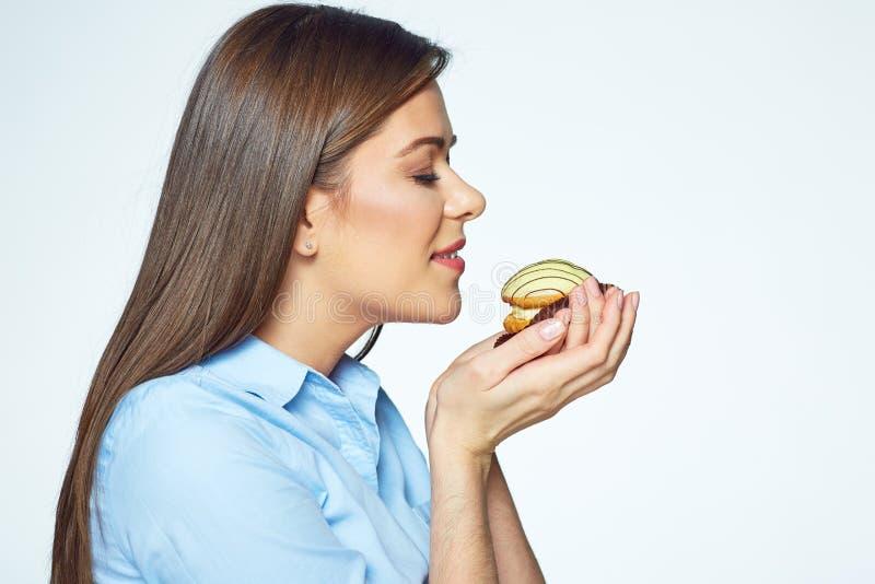 Junge Frau, die Geruch von Plätzchen mit geschlossenen Augen genießt lizenzfreies stockfoto