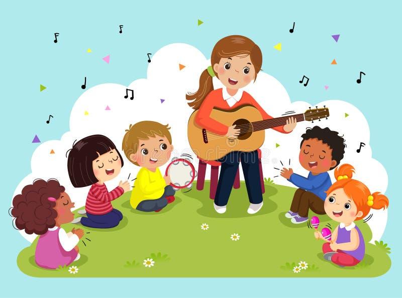 Junge Frau, die Gitarre mit einer Gruppe Kindern singen und spielen Musikinstrumente spielt Weiblicher Lehrer und Schüler, die Mu stock abbildung
