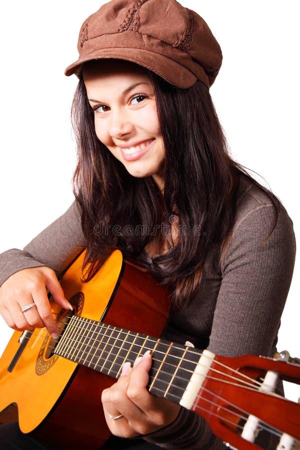 Junge Frau, die Gitarre spielt lizenzfreie stockbilder