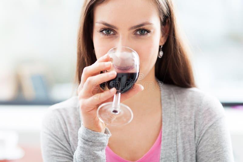 Frau, die Glas Wein isst lizenzfreie stockfotografie