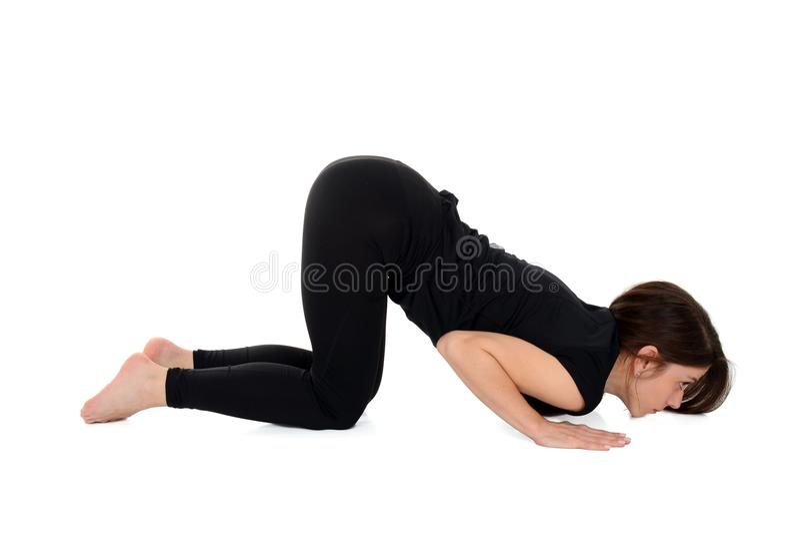 Junge Frau, die Gliedhaltung Yoga asana Astangasana acht tut stockbilder