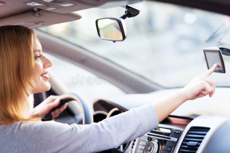 Junge Frau, die GPS verwendet stockfotografie